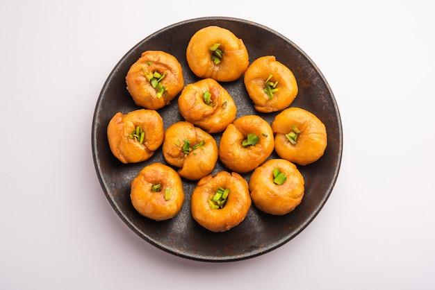 Le plat balushahi ou badushah ou mughlai est un dessert indien traditionnel doux et feuilleté ou un aliment sucré également populaire au pakistan et au bangladesh
