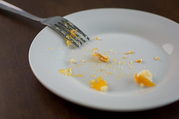 Un plat blanc vide avec un bonbon coincé