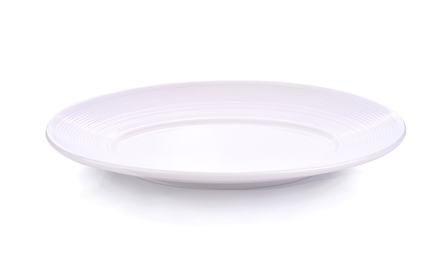 Plat blanc vide isolé sur blanc
