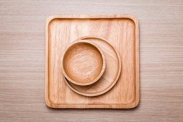Plat en bois sur le fond en bois.