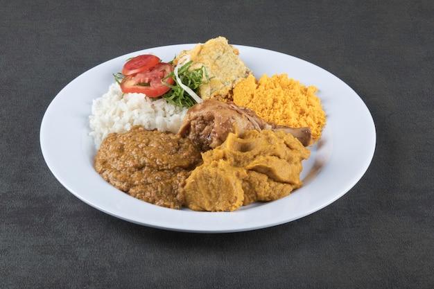 Plat de caruru de cuisine brésilienne typique de bahia.