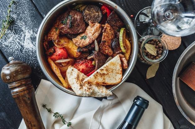Plat chaud avec steak et poulet