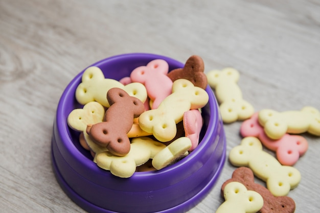 Plat de chien avec des biscuits