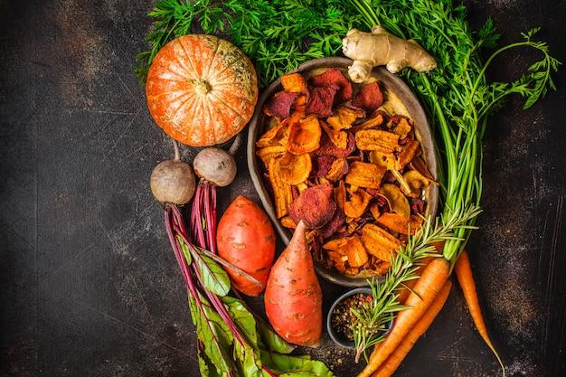 Plat de chips de légumes sains de betteraves, patates douces, citrouille
