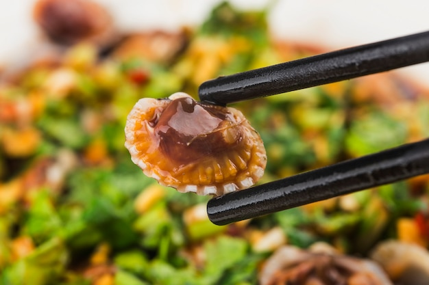 Plat de coques avec assaisonnement à la sauce soja