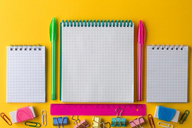 Plat créatif de retour au concept d'école avec notepad