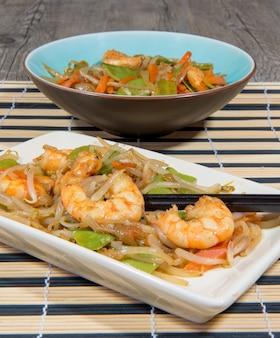 Plat de crevettes et légumes cuits dans un wok