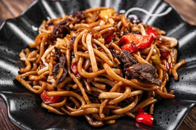 Plat de cuisine ouïghoure tsomyan nouilles frites boeuf