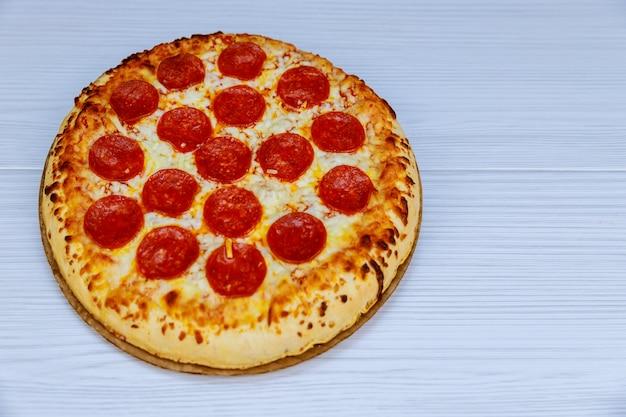 Plat de cuisson avec pizza savoureuse fraîche margarita sur fond en bois