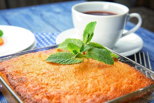 Plat de cuisson avec de savoureux soufflé aux carottes sur la table, gros plan