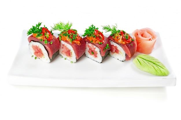 Plat décoratif sushi riz saumon viande crue et épices.