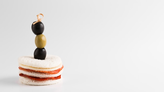 Plat délicieux aux olives et copie-espace