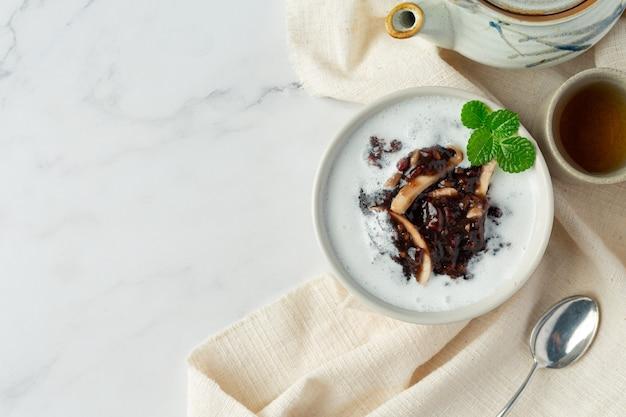Plat de dessert sucré aux haricots noirs