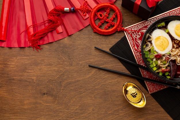 Plat du nouvel an chinois avec des baguettes