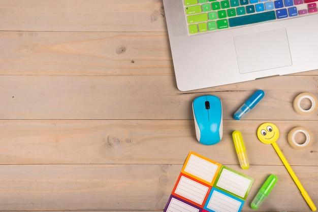 Plat de l'espace de travail avec ordinateur portable