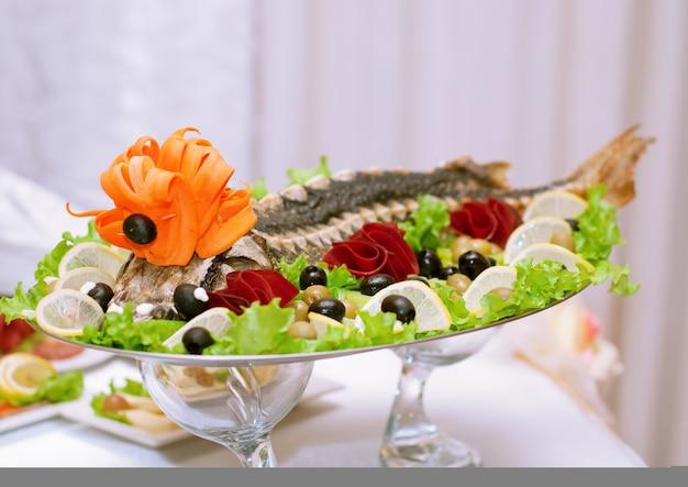 Plat d'esturgeon avec un beau design avec des fruits et légumes