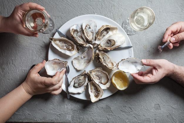 Plat exotique d'huîtres au vin