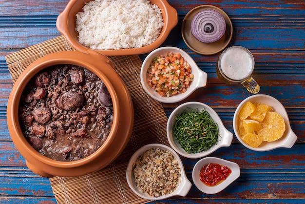 Plat de feijoada à base de haricots noirs, de porc et de saucisse