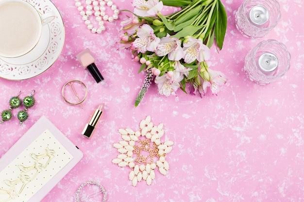 Plat féminin avec accessoires de mode féminine, lingerie, bijoux, cosmétiques, café et fleurs. vue de dessus
