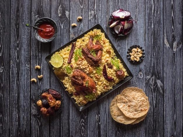 Plat festif avec poulet au four et riz. mandi kabsa, style yéménite