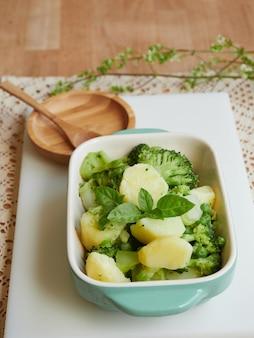 Plat à four individuel avec pomme de terre au four et brocoli