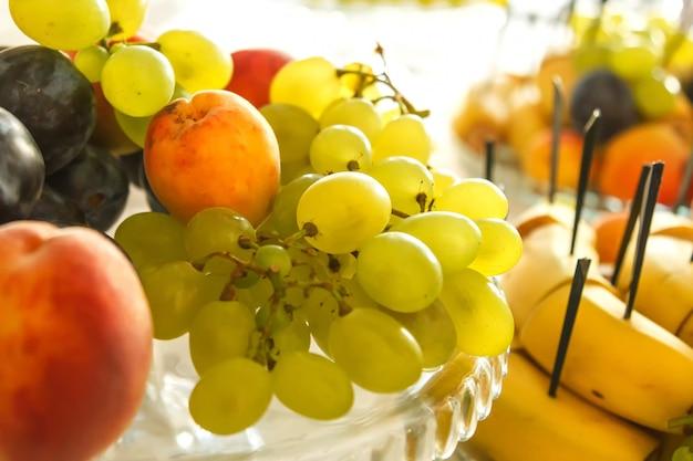 Plat avec des fruits sur la table de fête