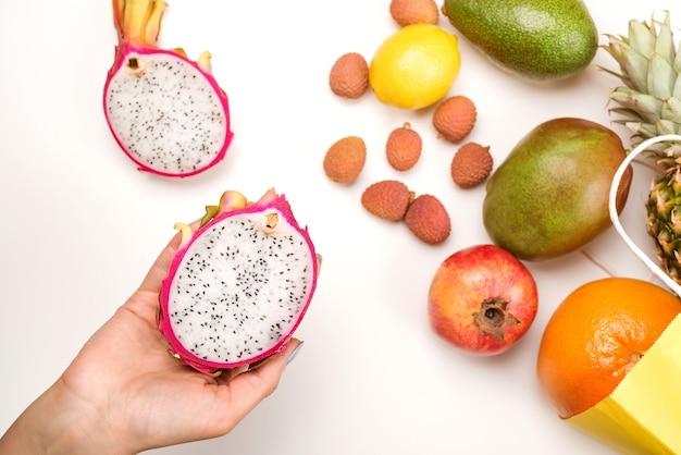 Plat de fruits tropicaux avec ananas, fruit du dragon, mangue et litchi.