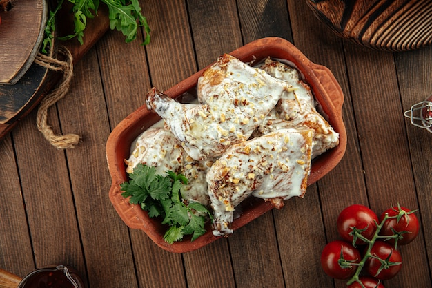 Plat géorgien poulet chkmeruli à la crème