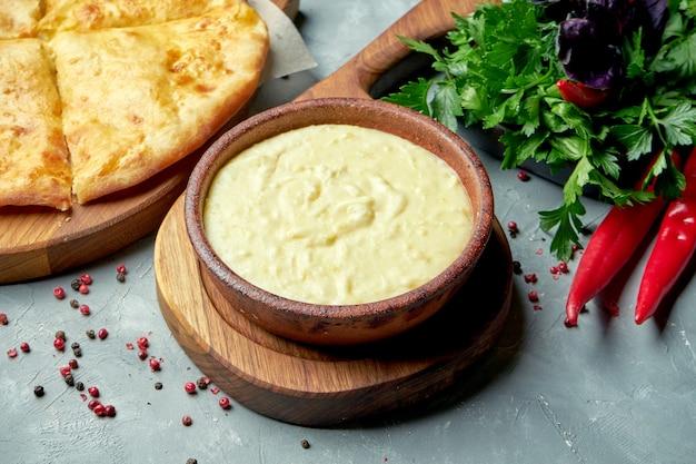 Plat géorgien shusha - purée de pommes de terre avec du lait et du fromage fondu dans une composition avec khachapuri