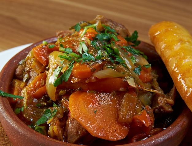 Plat géorgien traditionnel chanakhi de ragoût d'agneau avec tomates, aubergines, pommes de terre, légumes verts et ail.
