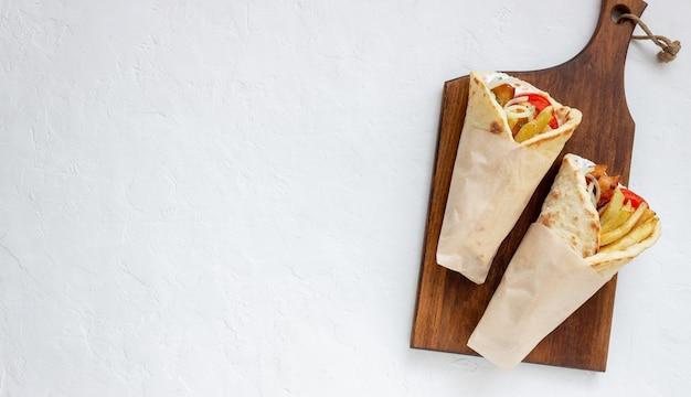 Plat grec gyros avec poulet, frites, tomates, oignons et pita. cuisine grecque.