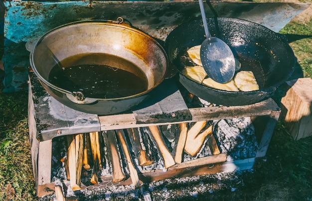 Un plat haluz du caucase avec viande et fromage est préparé dans une poêle avec de l'huile bouillante