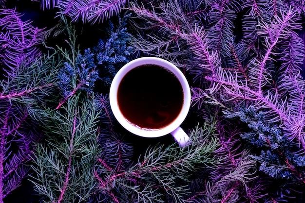 Plat d'hiver poser avec une tasse de thé les vacances de noël et du nouvel an.
