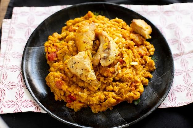 Plat indien traditionnel avec du poulet
