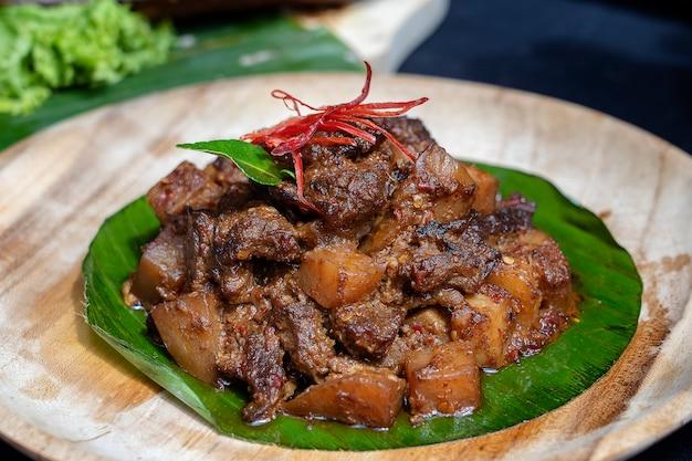 Plat indonésien - viande frite à la sauce chili, gros plan