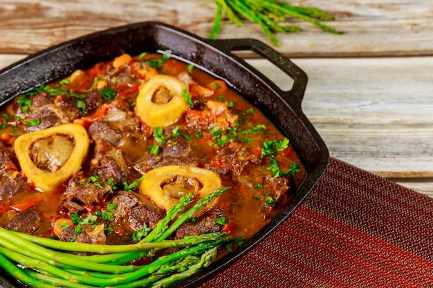 Plat italien ossobuco avec jarret de boeuf, poivron, oignon et vin.
