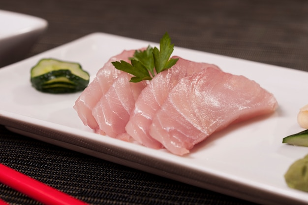 Plat japonais de poisson avec des légumes, nourriture asiatique rafraîchissante, farine de poisson frais, fruits de mer bio