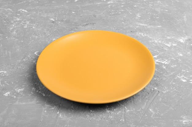 Plat jaune vide rond et mat