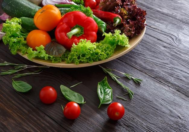 Plat de légumes frais sur bois avec espace copie