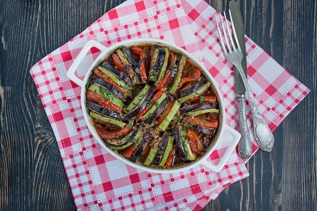 Plat de légumes français traditionnel cuit au four