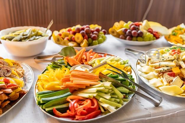 Plat de légumes lors d'un banquet traiteur.