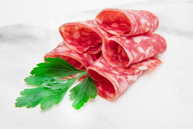 Plat en marbre avec tranches de salami