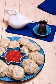 Plat national kazakh ou ouzbek - manti (grosses boulettes de viande)
