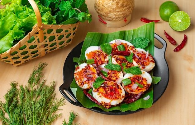 Plat d'oeuf avec assaisonnement épicé thaï