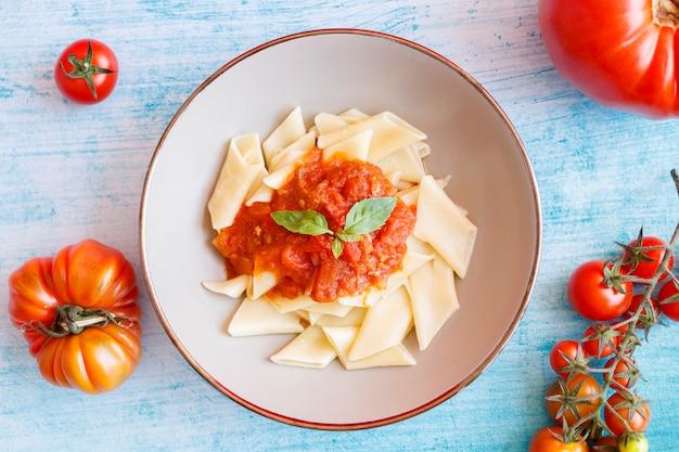 Plat de pâtes courtes à la sauce tomate et basilic