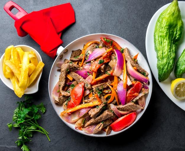 Plat péruvien dans une poêle avec des frites