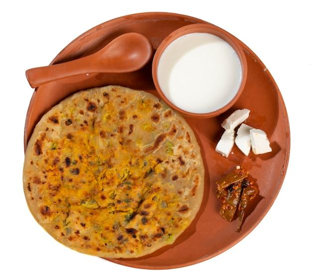 Plat de petit-déjeuner indien paneer paratha servir avec du caillé ou du chutney
