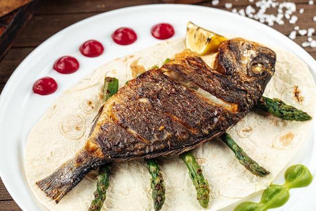 Plat de poisson dorada grillé gastronomique