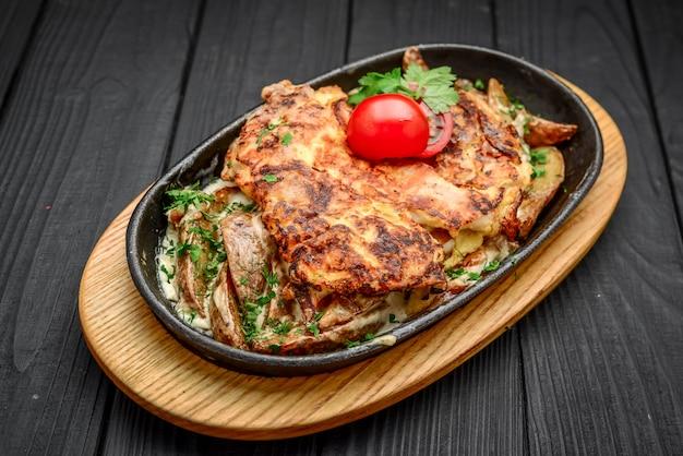 Plat de poisson - filet de poisson frit avec pommes de terre frites et légumes