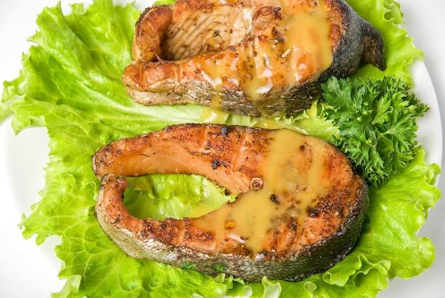 Plat de poisson saumon kéta grillé isolé sur fond blanc